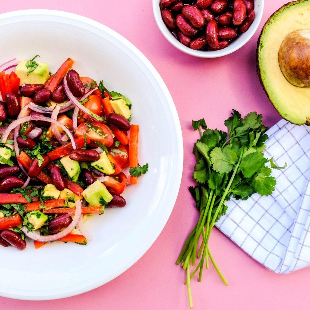 Σαλάτα με κόκκινα φασόλια, αβοκάντο & κρεμμύδι