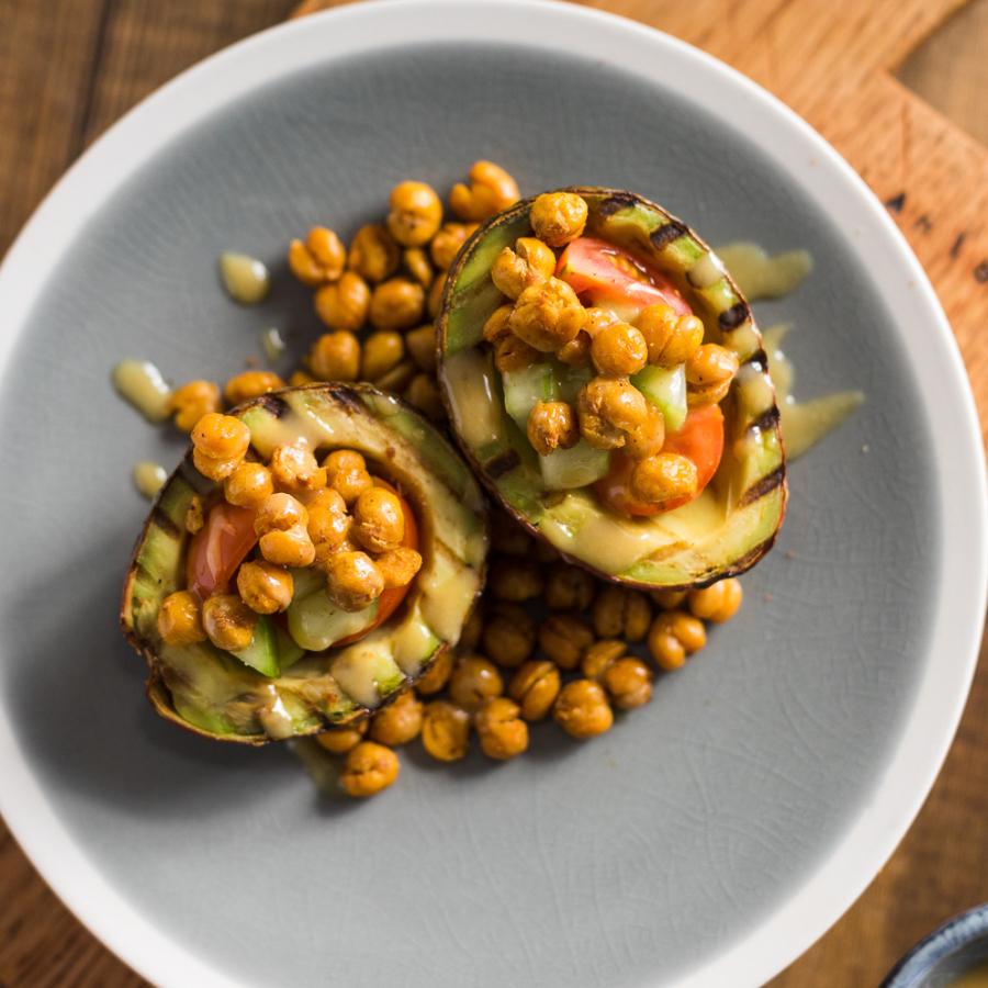 Ψητά αβοκάντο με τραγανά ρεβύθια και σάλτσα ταχίνι