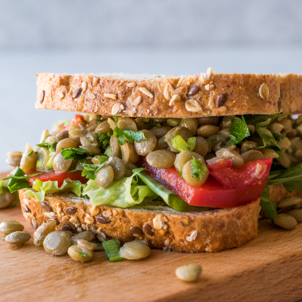 Σάντουιτς με πολύσπορο ψωμί και φακές ψιλές